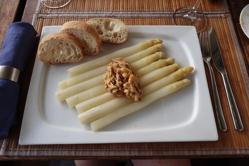 Gedämpfter Spargel mit Sardellen-Butter und Ciabatta (mein Teller)