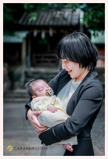 カジュアルなお宮参り 赤ちゃんを抱っこするママ