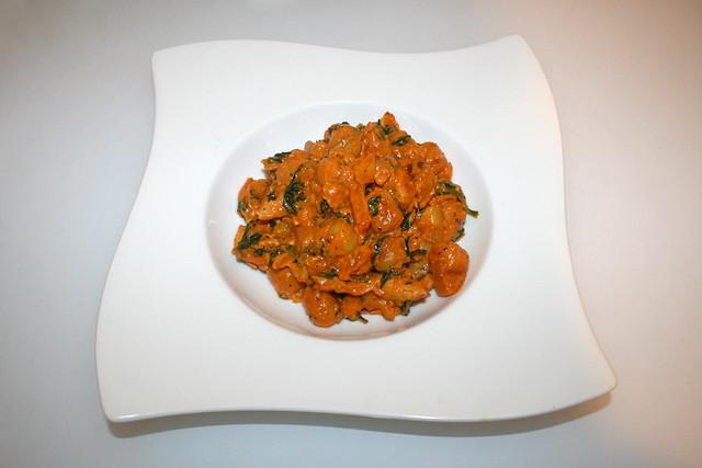 30 - Creamy gnocchi fry with chicken, pepper & spinach - Served / Cremige Gnocchi-Pfanne mit Hähnchen, Paprika & Spinat - Serviert