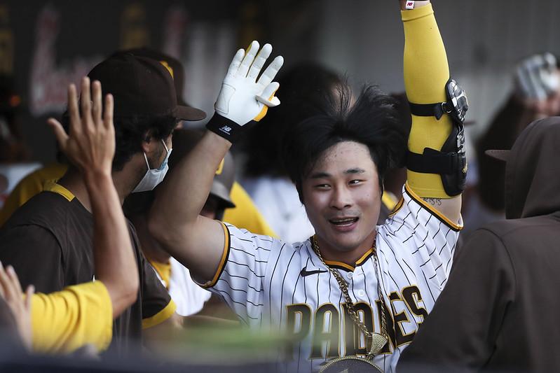 韓籍內野手金河成在8局下敲出超前2分彈,回到休息區接受隊友祝賀,並大跳江南style。(達志影像)