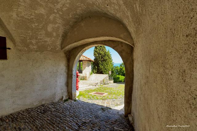 Veprinac - pogled kroz gradska vrata na gradsku lođu