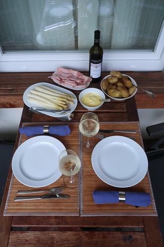 Angemessener Abschluss der diesjährigen Spargel-Saison: Gedämpfter weißer Spargel zu neuen Kartoffeln, Sauce Hollandaise und Kochschinken