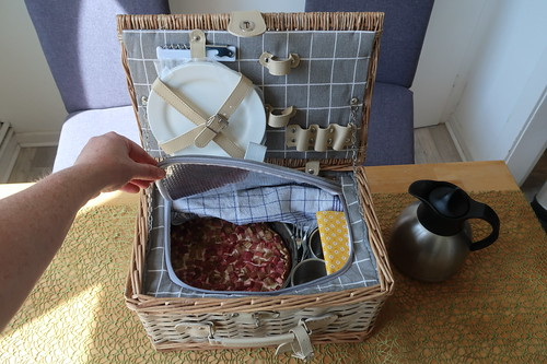 Honig-Rhabarber-Quark-Kuchen im Picknick-Korb