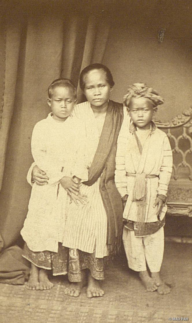 07. Портрет матери с детьми. Ява