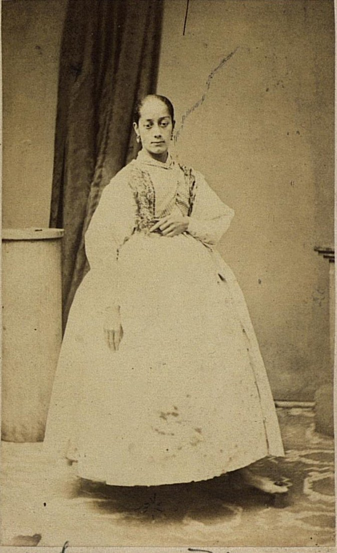 04. Портрет девушки в повседневном платье