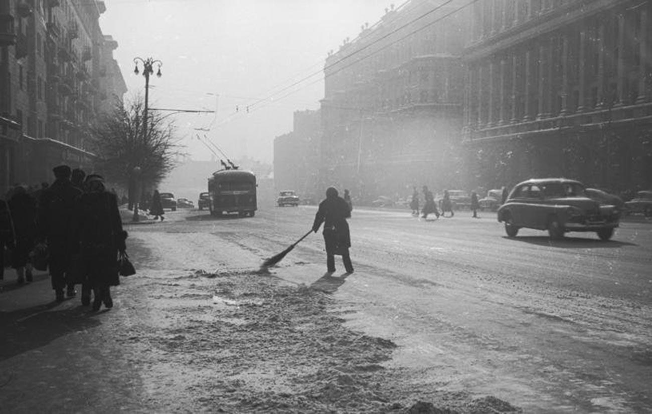 1959. Улица Горького около Моссовета
