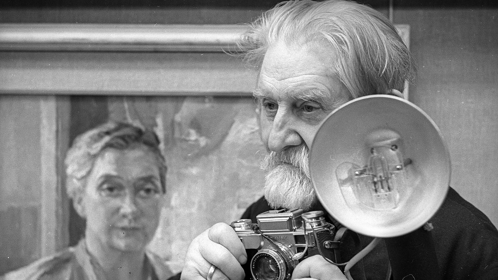 1959. Легендарный фоторепортер Николай Иванович Свинцов-Паола за работой