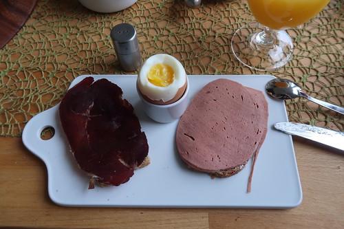 Pferderauchfleisch und Pferdefleischwurst auf Dinkelbrot zum Frühstücksei