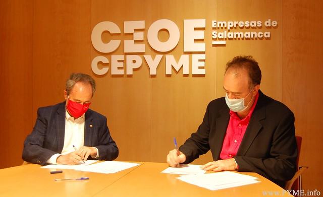 Juan Manuel Gómez, presidente de CEOE CEPYME Salamanca y Jesús Juanes, presidente de la Cruz Roja en Salamanca, firman el acuerdo entre ambas instituciones.