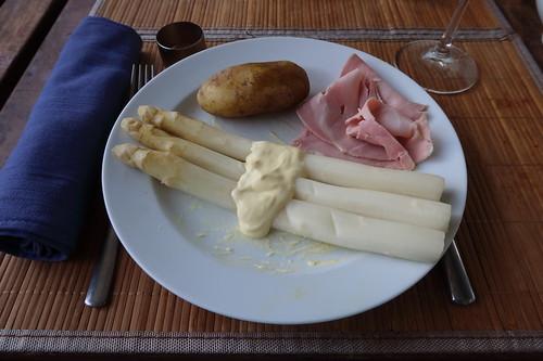 Gedämpfter weißer Spargel zu neuen Kartoffeln, Sauce Hollandaise und Kochschinken (Nachschlag)