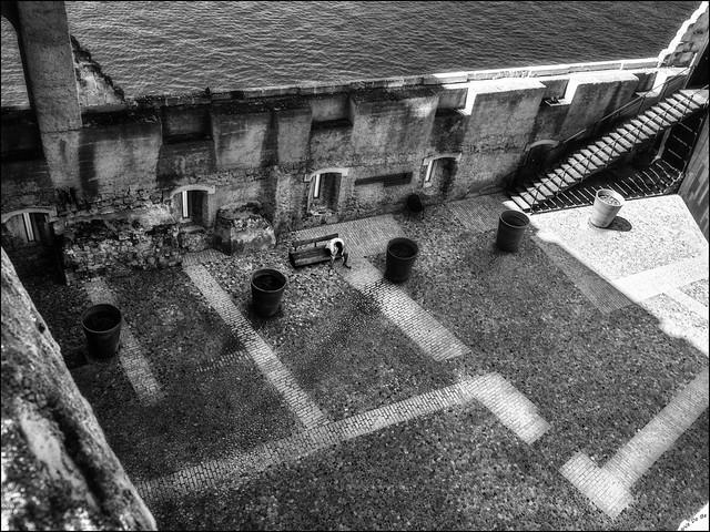 Comme une prison..de solitude /  Like a prison... of loneliness