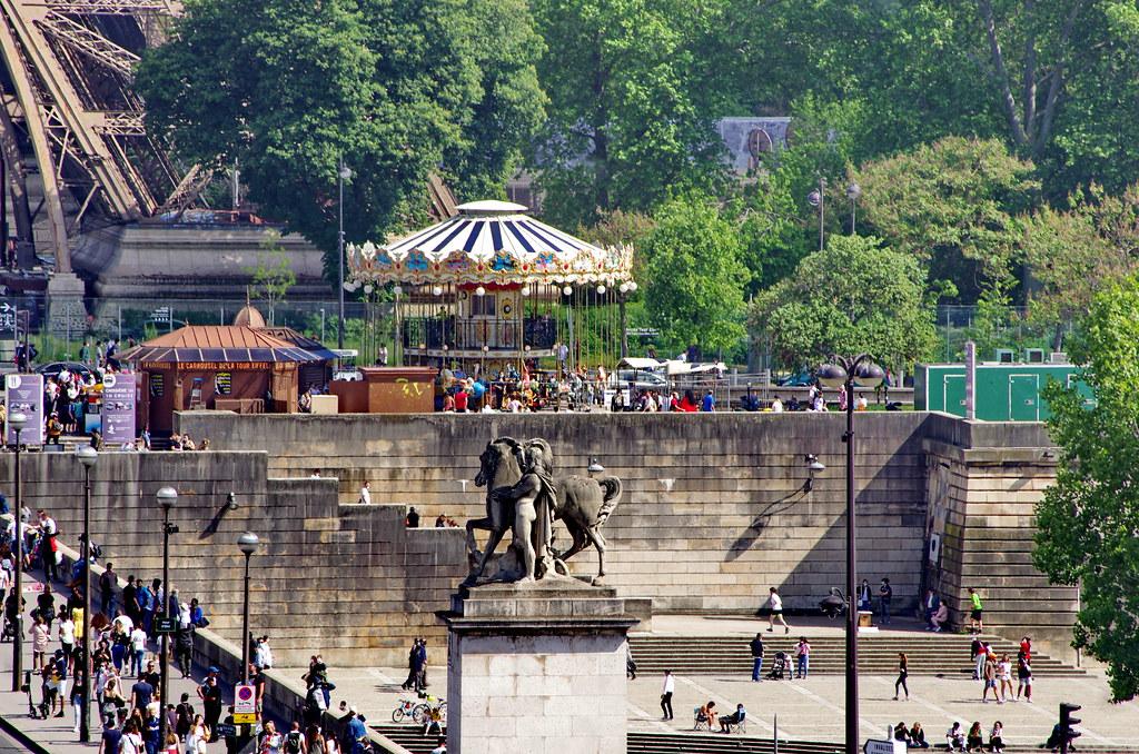 315 - Paris en Mai 2021 - depuis le Trocadéro, le Quai Branly au pied de la Tour Eiffel