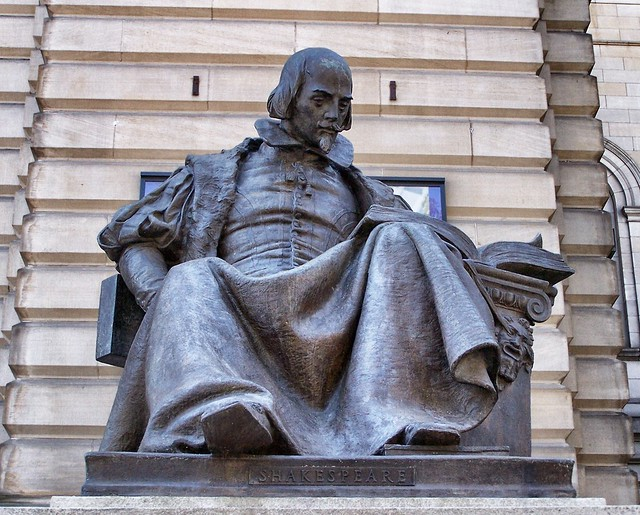 Pittsburgh   Pennsylvania  - The Carnegie Museum of Art - Shakespeare Bronze - Seated Outside the Museum