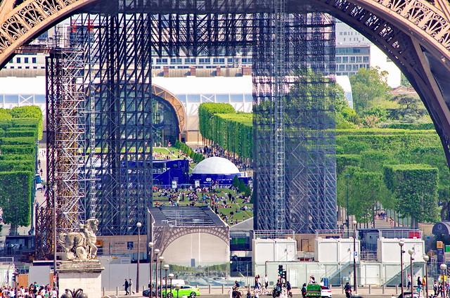 314 - Paris en Mai 2021 - depuis le Trocadéro, la Tour Eiffel toujours en travaux, le Champs de Mars et le Grand Palais éphémère