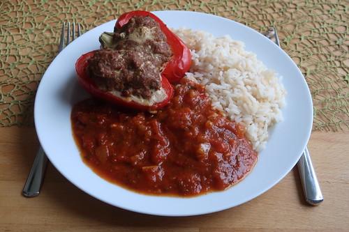 Gefüllte Paprikaschoten mit Tomatensoße zu Reis