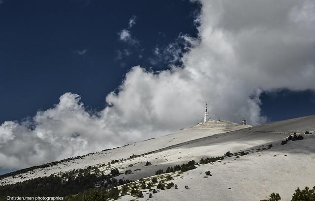 le mont Ventoux dans les nuages