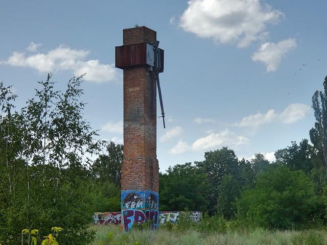 Und noch einmal von nahem der ausgebrannte Schornstein mit Mauerresten