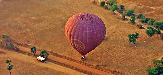 MYANMAR, Burma - Ballonfahrt  früh morgens über das historische Bagan, Landung, 78364/13783