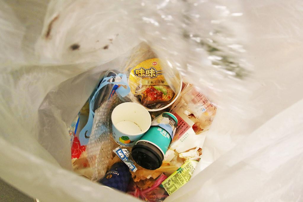 環保團體RE-THINK實際至企業辦公室進行垃圾破袋分析,發現上班族的回收狀況較差,習慣把整包垃圾直接丟掉,尤其是有很多廚餘的便當盒。照片提供:RE-THINK 重新思考