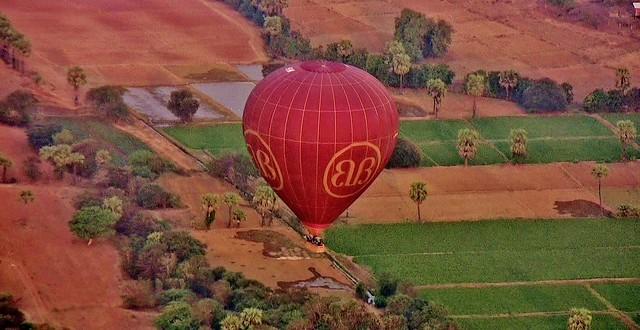 MYANMAR, Burma - Ballonfahrt  früh morgens über das historische Bagan,  Anfug zur Landung, (in explore) 78363/ 13782