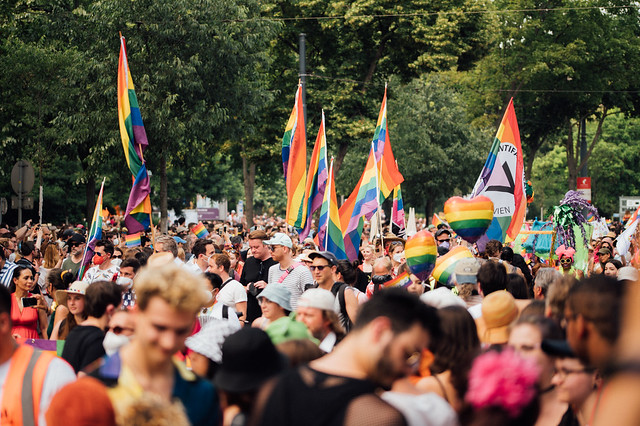Viele Menschen mit Regenbogenfahnen bei der Vienna Pride 2021
