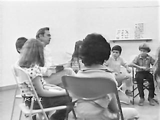 Alberto Manzi al lavoro con un gruppo di alunni (foto RAI)