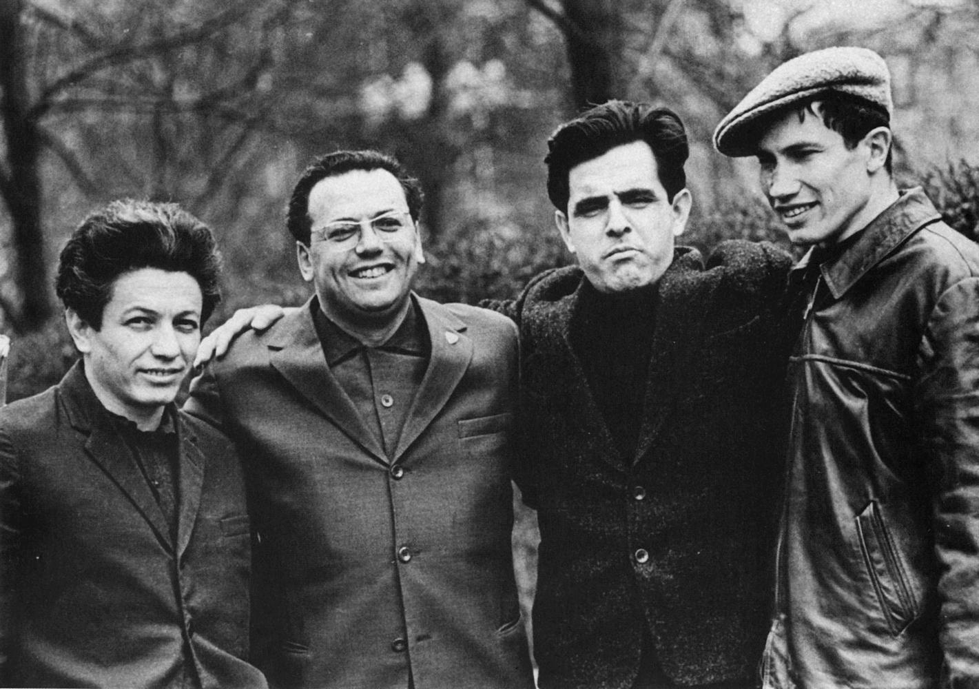 1964. Молодые писатели Владимир Войнович, Илья Зверев, Фазиль Искандер, Георгий Владимов в сквере на Пушкинской площади
