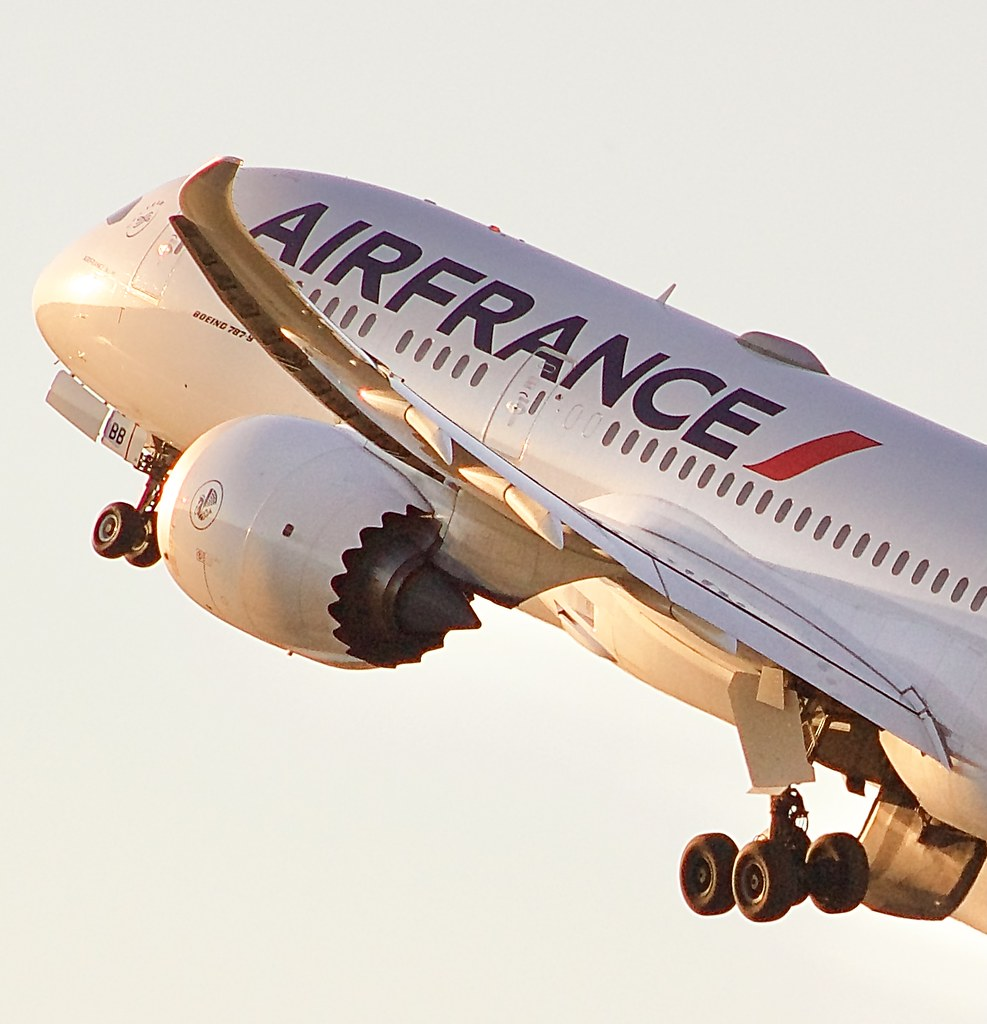Air France Boeing 787-9 banking out of MSP on its way to Paris, CDG