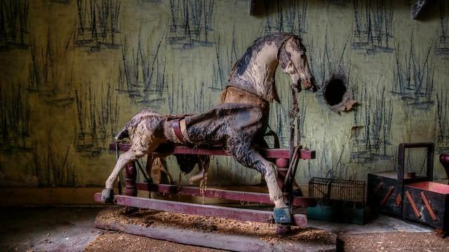 Maison du cheval à bascule