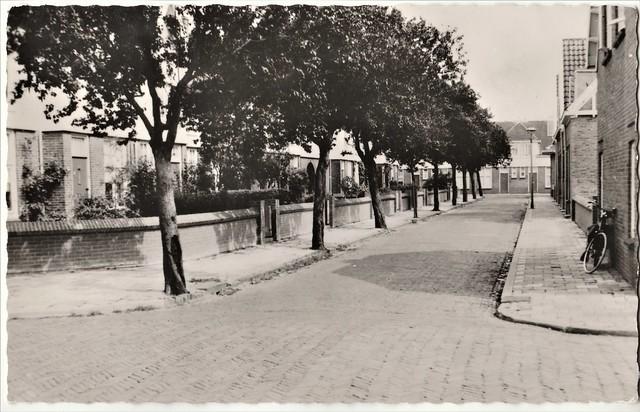 Ansichtkaart - Gorinchem, Hendrik Verschuringstraat (Uitg. H.P.H. Roza - de Groot Drogisterij - Geitz, Hilversum)