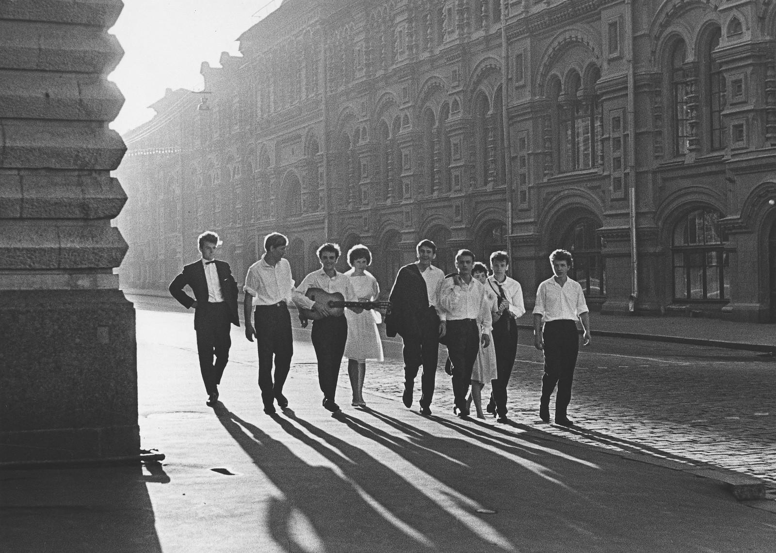 1964. Рассвет. Молодежь у ГУМа