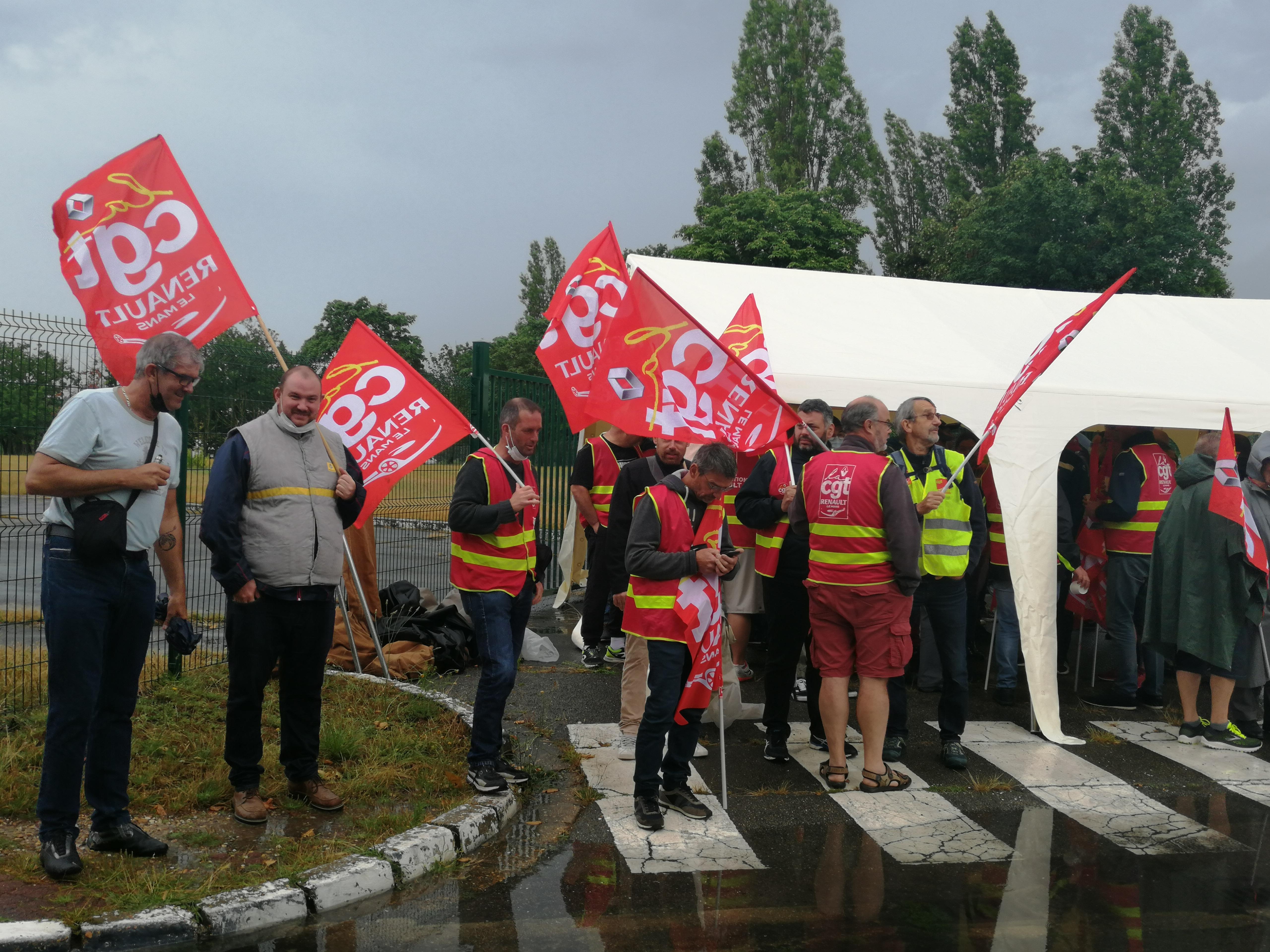 Mobilisation devant l'usine de Flins