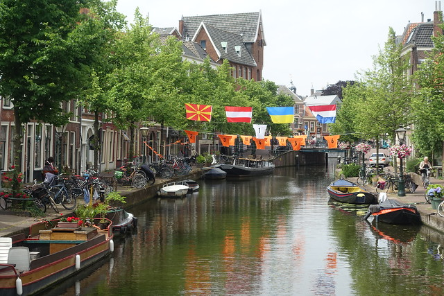 Leiden, gracht, bloemen en vlaggen