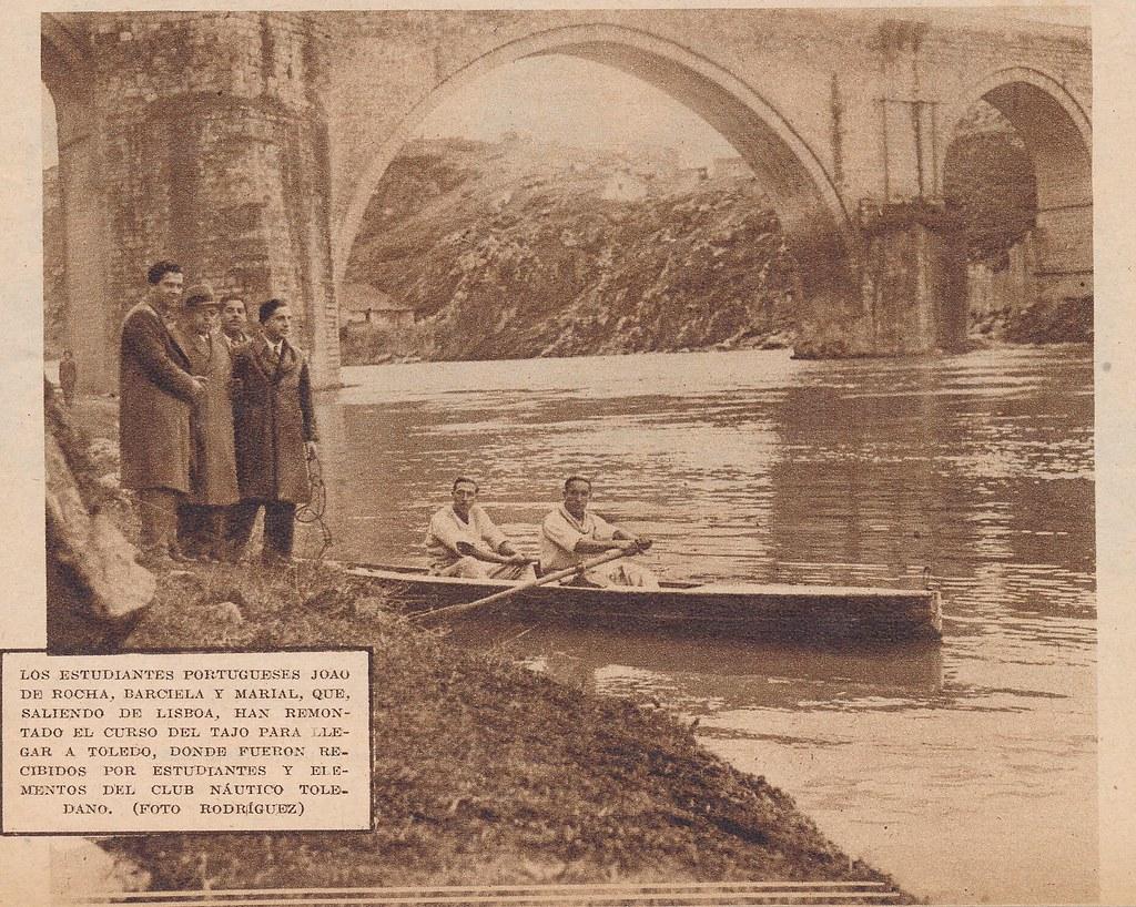13 de febrero de 1933: los piragüistas portugueses Joao da Rocha Barciela y Mario Antunes junto al Puente de San Martín. Remontaron y recorrieron el Tajo desde Lisboa a Toledo devolviendo la visita a miembros del Club Náutico. Foto Rodríguez.