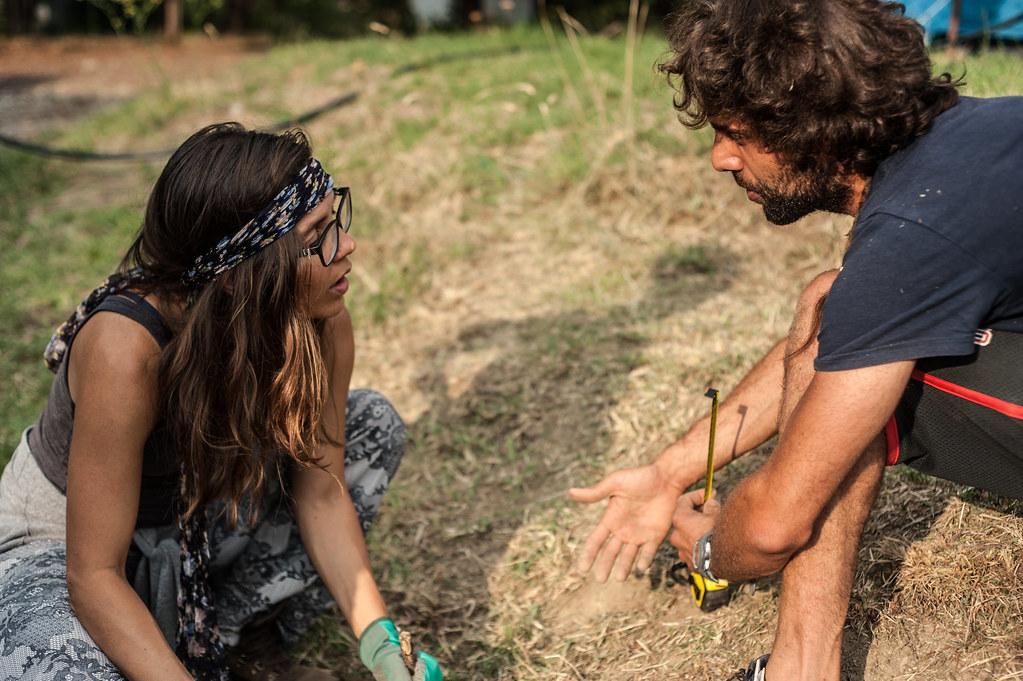 Two people measuring in a field. Credit:Karol Denardin