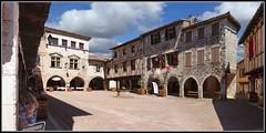 Castelnau-de-Montmiral, la place des arcades.