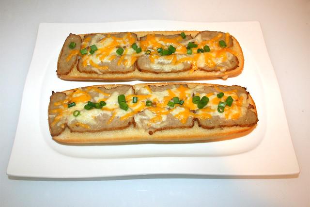 Cheese meatball garlic baguette - Served / Knoblauch-Baguette mit Frikadelle & Käse - Serviert