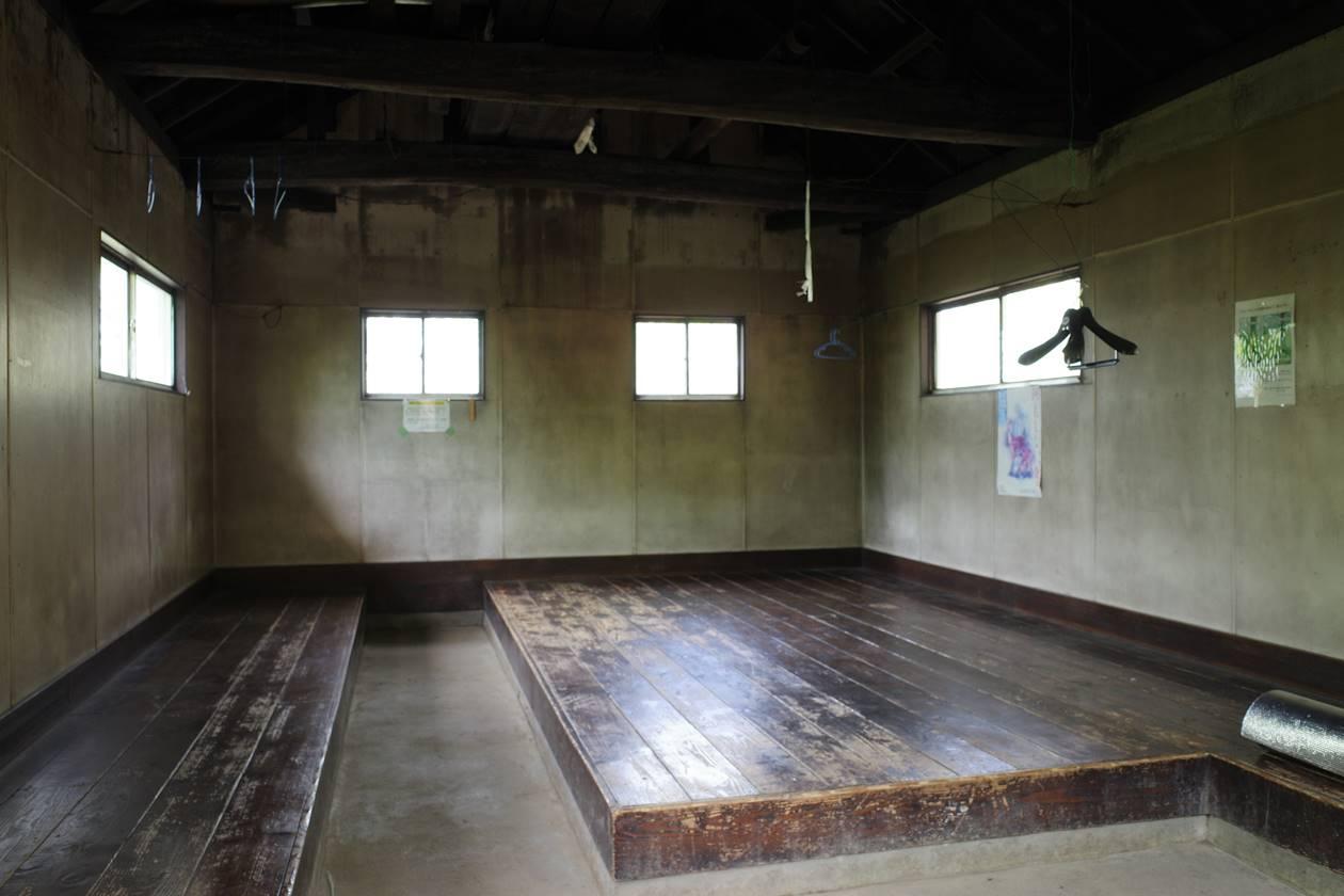 一杯水避難小屋の内部