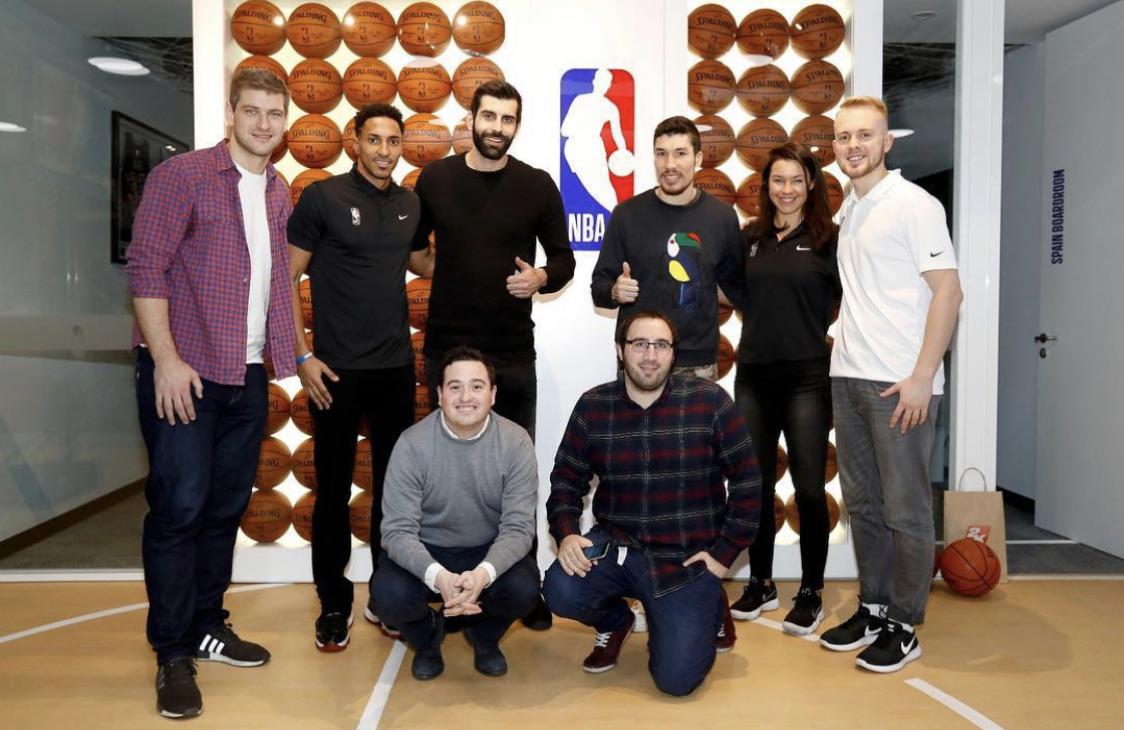Aarón Morales, abajo a la derecha, con parte del equipo NBA Europa