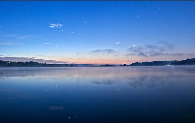 Cometa Neowise e pianeta Venere: Emanuele Balboni. Sul lago Candia.