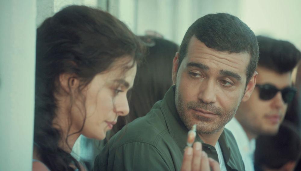 Caner Cindoruk mira a Özge Özpirinçci en una escena de Mujer / Imagen: Antena 3