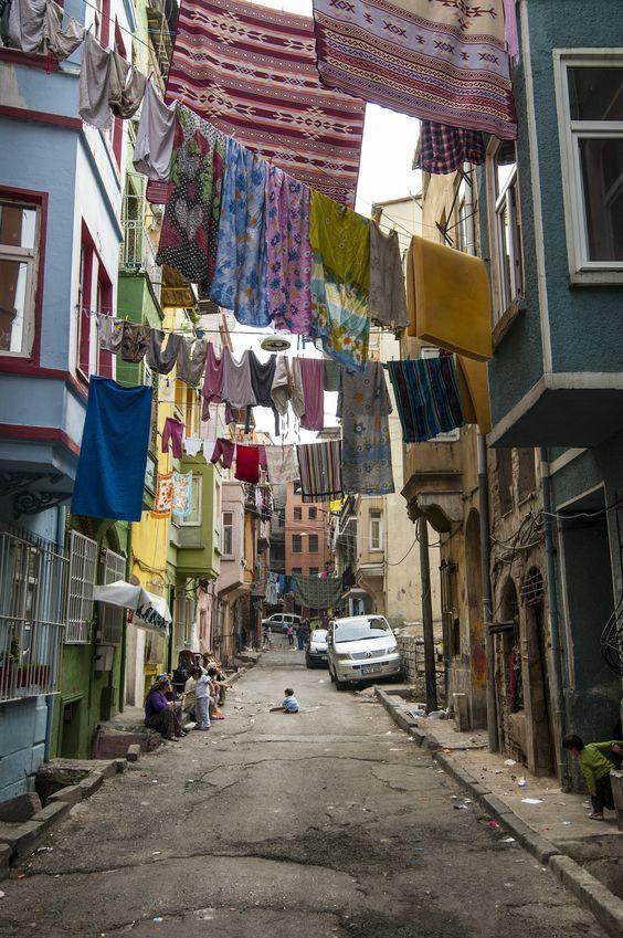 SEQ Ilustración \* ARABIC 5. Barrio de Tarlabasi, donde se ambienta Mujer / Imagen: Pinterest