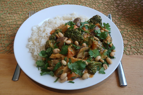 Thai Gemüsepfanne mit Hähnchen und Erdnusssoße zu Reis (mein Teller)
