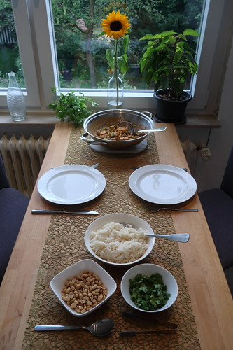 Thai Gemüsepfanne mit Hähnchen und Erdnusssoße (Tischbild)