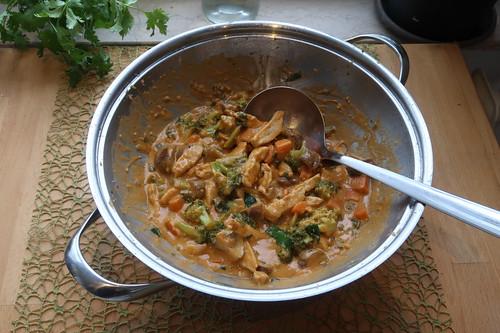 Thai Gemüsepfanne mit Hähnchen und Erdnusssoße
