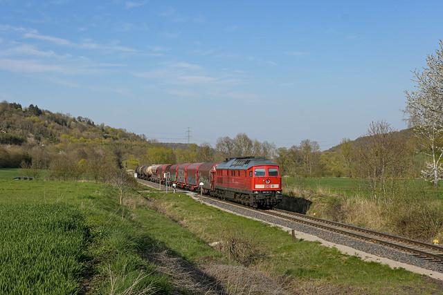 DB Cargo 233 112-2 mit gemischten Güterwagen aus Zeitz