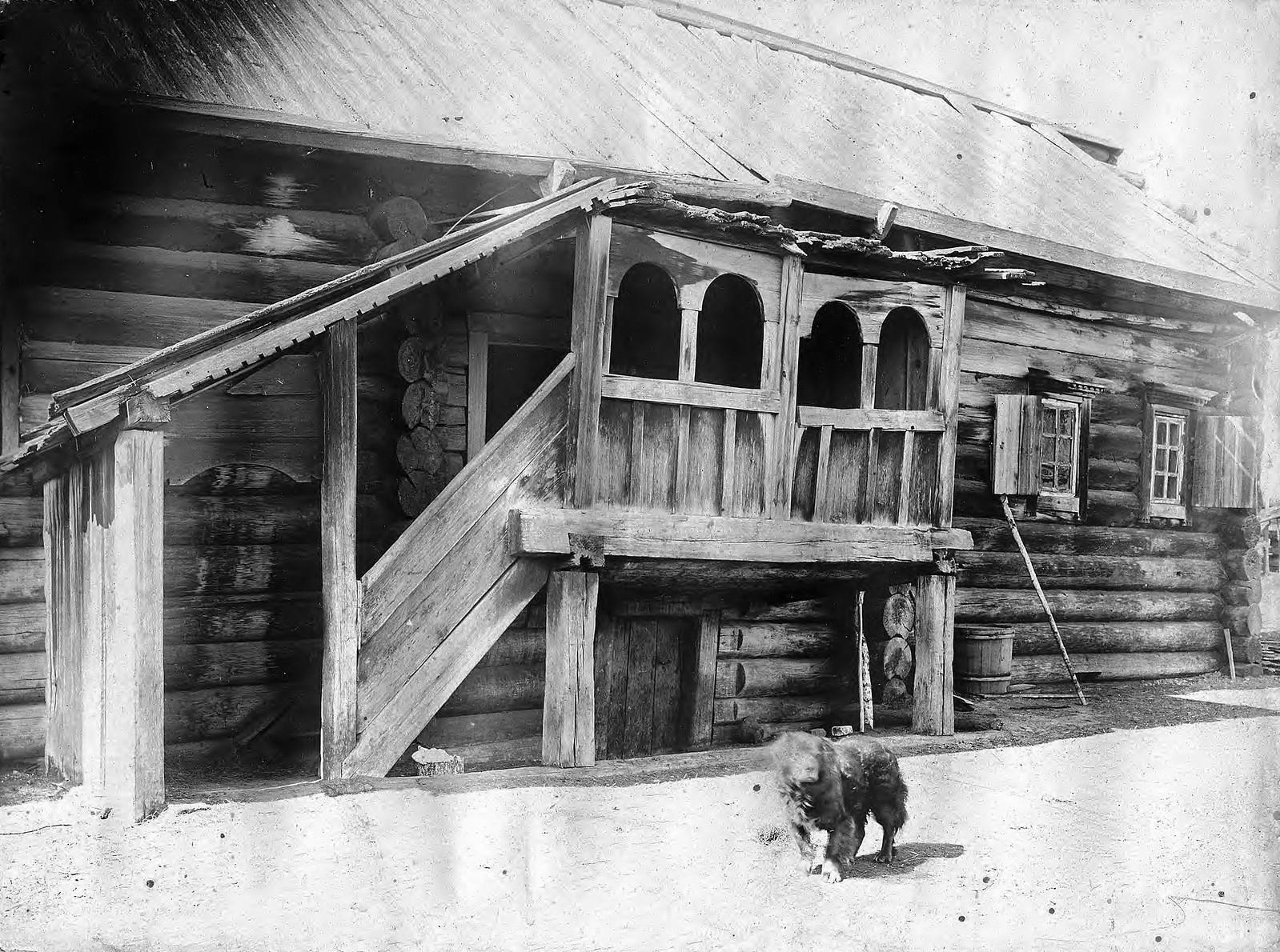 Старинное крыльцо дома в селе Богучанском Енисейского уезда
