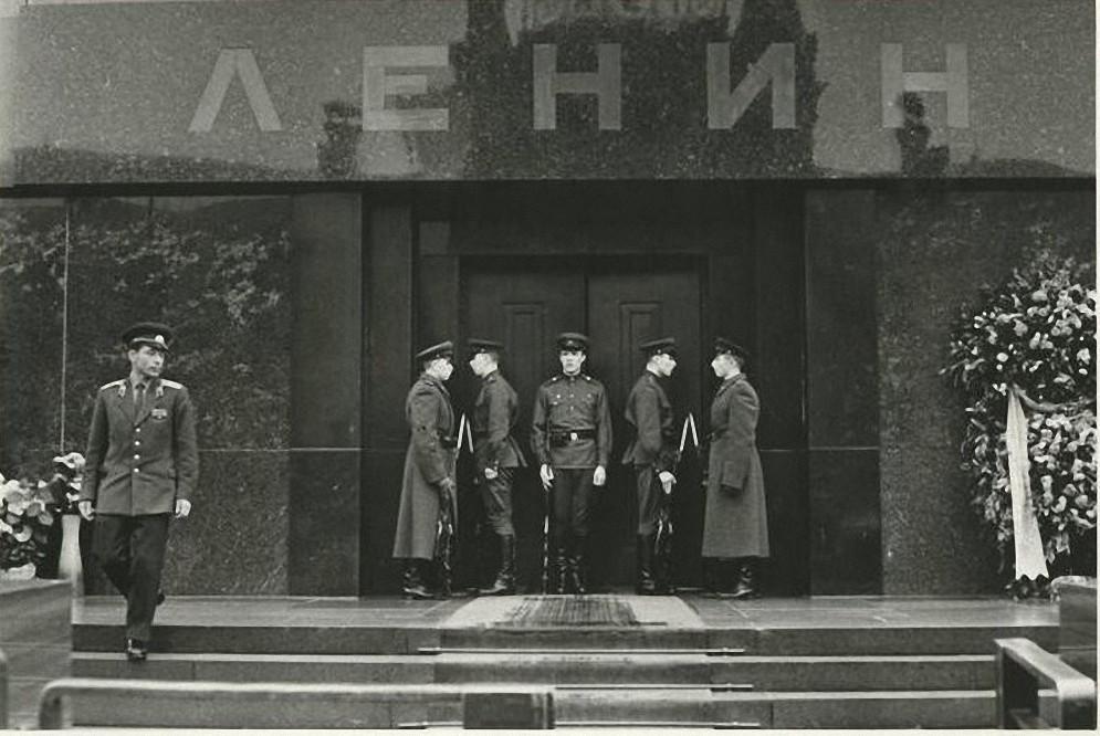 1967. Смена почетного караула