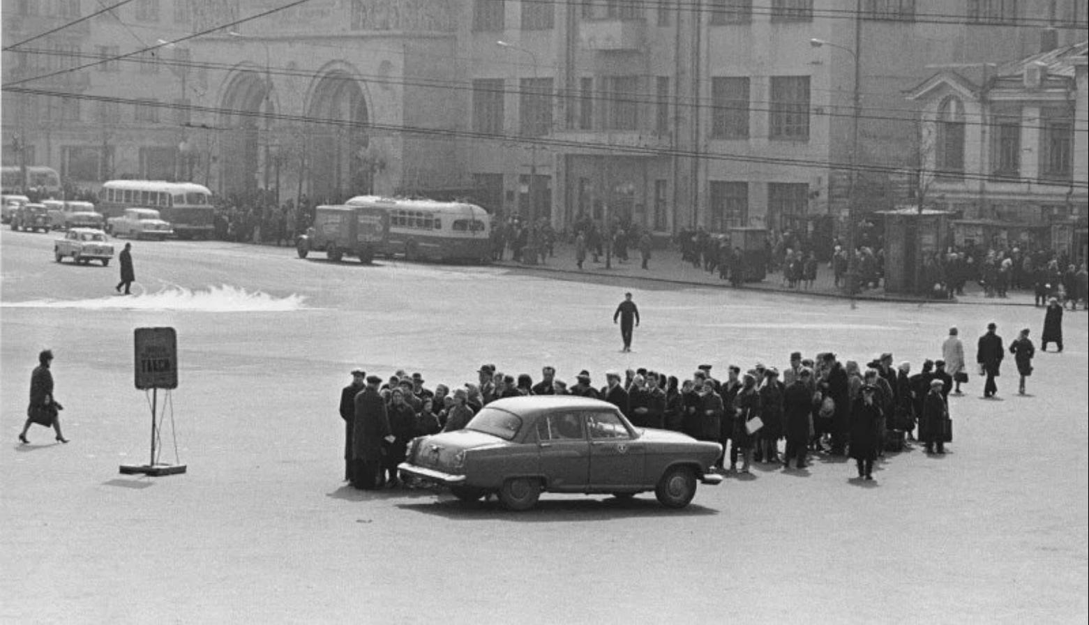 1960-е. Очередь на стоянку такси у Белорусского вокзала