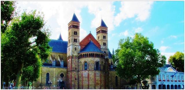 Holanda - Maastricht – Esta é uma cidade cheia de história e velhas lendas surgidas nos tempos longínquos da Idade Média. É uma cidade que se distingue pela elegante arquitetura medieval e pelo forte e vibrante panorama cultural dos nossos dias.